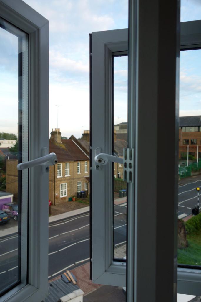 usa-vs-uk-life-conveniences-differences-windows